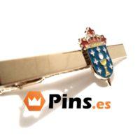 Pisacorbata con escudo de pueblo.